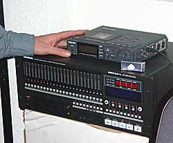 The Mackie 24-channel recorder HardDisk (below) works with high-resolution 24-bit and 96 kHz sampling frequency. Top: Stereo-DAT.